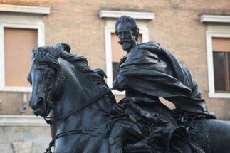 8 -Piazza-Cavalli-Piacenza. Capolavoro di Francesco Mochi della scultura barocca, la statua in bronzo raffigurante il famoso condottiero dei Farnese Alessandro.
