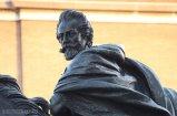 9 -Piacenza Piazza Cavalli Mochi un particolare della scultura.