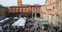 13 -Reggio Emilia. La piazza Prampolini o del Duomo, mercato