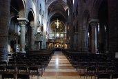17 -Duomo di Modena interno. La chiesa è a tre navate prive di transetto e con un presbiterio