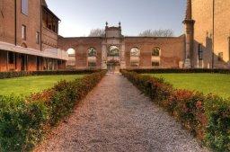 32 -Ferrara, All'interno il Palazzo dei diamanti presenta un bel cortile rinascimentale con chiostro e pozzo.