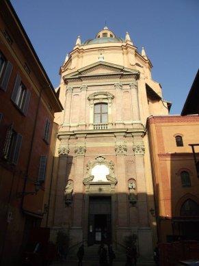 """39 -Bologna. Chiesa di Santa Maria della Vita. Questa piccola chiesa che si raggiunge da una stradina laterale di Piazza Maggiore, merita una visita per il bellissimo """"Compianto del Cristo morto"""" modellato nella seconda metà del '400 da Niccolò dell'Arca."""