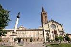 19-Piacenza. Nel 1122 inizia la costruzione dell'attuale cattedrale. A lato di questa si trova il Palazzo vescovile il cui nucleo primario risale alla primitiva cattedrale di Santa Giustina. La cattedrale di Santa Maria Assunta e Santa Giustina è il principale luogo di culto cattolico di Piacenza.