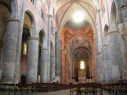 22 -Piacenza. L'interno della Cattedrale, è a croce latina, in tre navate, divise tra loro da venticinque massicci pilastri cilindrici. Il transetto è anch'esso suddiviso in tre navate. All'incrocio c'è il tiburio ottagonale, decorato con affreschi secenteschi che impreziosiscono la cupola sono opera di Pier Francesco Mazzucchelli, detto il Morazzone e di Giovanni Francesco Barbieri detto il Guercino. Sempre lL'interno è decorato da sontuosi affreschi, realizzati tra i secoli XIV e XVI, da Camillo Procaccini e da Ludovico Carracci.
