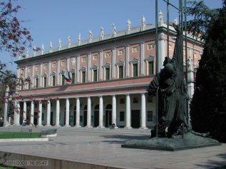 28 -Reggio Emila - Teatro Valli )e Monumento alla Resistenza, in piazza Martiri. Il Teatro Municipale intitolato all'attore emiliano Romolo Valli nel 1980, fu costruito tra il 1852 e il 1857 grazie al progetto dell'architetto Cesare Costa di Modena,