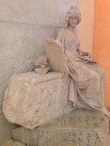 31 --Il Palazzo dei Musei di Modena, entrando-nel-cortile