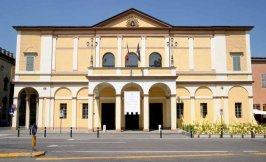 31 -Reggio Emilia.Teatro Ariosto, facciata. Il Teatro Ariosto è uno dei maggiori palcoscenici della provincia emiliana; venne edificato tra il 1740 e il 1741 su progetto di Antonio Cugini, ai bordi di Piazza della Vittoria, nel cuore del centro storico di Reggio.