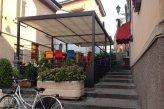 """34 -la Munta' di Ratt è una caratteristica scalinata della vecchia Piacenza. A Piacenza la conoscono tutti: è la famosa scalinata che collega la sopraelevata via Mazzini alla più bassa via San Bartolomeo. Il significato corretto dell'espressione sarebbe da ricondursi alle parole """"montata ratta"""" che stanno a identificare una salita ripida anche se poi nel linguaggio comune si è gradualmente trasformato ne """"la montata dei topi""""; secondo la leggenda popolare, infatti, questi roditori l'avrebbero percorsa in salita al fine di allontanarsi il più possibile dalle zone più basse adiacenti al Po durante le alluvioni e le piene del fiume. Attualmente la scalinata è una delle zone più caratteristiche della città: sormontata dai fiori sospesi dai davanzali delle vecchie abitazioni e puntellata dai tavolini dei piccoli locali della """"vecchia Piacenza"""", si anima nelle serate estive di chiacchiere, di musica e di letture di poesie. Diventa un suggestivo angolo da fotografare durante l'inverno quando scende la neve e si trasforma in un luogo incantato."""