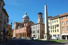 43 - Il Tempio della Beata Vergine della Ghiara, denominato spesso Basilica della Madonna della Ghiara, è uno dei più importanti edifici del luogo e trova collocazione nel centro storico della città di Reggio Emilia, raggiungibile con tutti i mezzi pubblici.