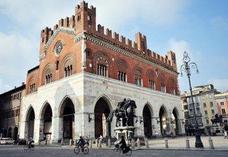 4 -A Piacenza, nella splendida cornice di Palazzo Gotico presso la centralissima Piazza Cavalli-