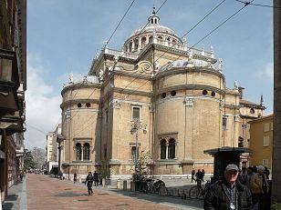 25 -Parma. La basilica magistrale di Santa Maria della Steccata, dal 1718 sede dell'Ordine costantiniano di San Giorgio, è un santuario mariano realizzato a Parma tra il 1521 ed il 1539. La chiesa, che rientra fra il patrimonio dell'Ordine costantiniano di San Giorgio, dal 2006 è inoltre sede del Museo Costantiniano della Steccata. L'interno è ornato da affreschi di scuola parmense del XVII secolo: l'intera decorazione pittorica venne inizialmente affidata al Parmigianino, che però riuscì a realizzare solo i pregevolissimi affreschi del sottarco orientale con Tre vergini savie e tre vergini stolte.