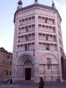 8 -Parma. Il battistero di Parma, edificio destinato al rito battesimale, si trova accanto al duomo di Parma ed è considerato come il punto di giunzione tra l'architettura romanica e l'architettura gotica. L'esterno, costruito in marmo rosa di Verona, è ottagonale. L'ottagono è simbolo di eternità. Senza precedenti è lo sviluppo in altezza, come se si trattasse di una torre tronca. La superficie esterna è decorata da un complesso schema, con pieni e vuoti che ritmano effetti chiaroscurali.