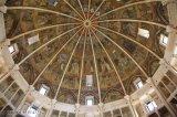 11 -Parma. .L'interno del Battistero. La cupola è suddivisa a ombrello. Sedici costoloni tubolari, di marmo rosa di Verona, si dipartono a raggiera dal centro della cupola, ognuno dei quali va a finire su una colonna, a sua volta sovrapposta su altre fino al suolo.