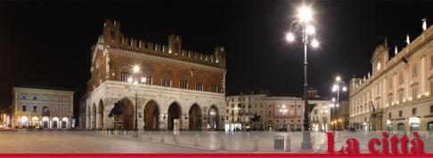 3 -Piacenza, Piazza-Cavalli con sullo sfondo Il Palazzo Gotico.