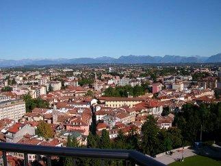 1-Udine, panorama. La città è situata al centro della regione friulana. Dista, in linea d'aria, poco più di 20 km dalla Slovenia, e circa 54 km dall'Austria. Ciò la pone in una posizione strategica, presso l'intersezione delle direttrici europee est-ovest