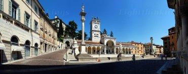 12 -Udine. Piazza della libertà con sulla sinistra l'entrata del castello.