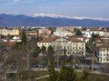 3 -Udine, panorama dal Castello su piazza I maggio e sede del liceo classico Jacopo Stellini ,con all'orizzonte le Alpi Giulie.