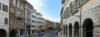 57 -Udine. Vista di Via Mercatovecchio, nel cuore della città
