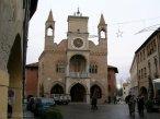 14 - Pordenone. Palazzo Comunale, costruito in stile gotico tra il 1291 e il 1395, i pinnacoli e la torre dell'orologio furono aggiunti nel XVI secolo su progetto del pittore Pomponio Amalteo