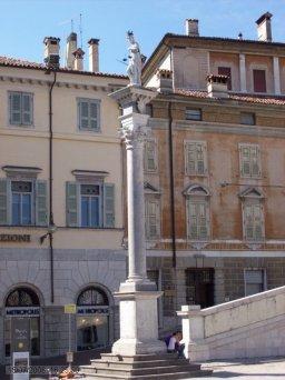 10 -Udine-colonna_della_statua_della_giustizia_in_piazza_Libertà