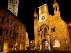 15 -Pordenone. Palazzo Comunale, di notte.