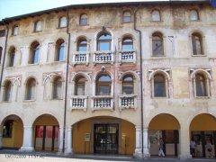 16 -Pordenone-Palazzo Ricchieri, originariamente una casa-torre a difesa del nucleo cittadino edificata nel XIII secolo fu adattata durante il periodo veneziano in palazzo dalla famiglia Ricchieri. È ora sede del Museo Civico d'Arte
