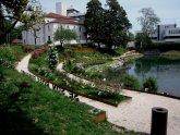 32 -Pordenone. Vista del parco, roseto a villa Galvani,