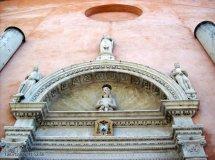 7 -Facciata del Duomo di San Marco. Particolare del portale del Duomo. Il portale fu realizzato da Giovanni Antonio Pilacorte nel 1511 Sulla lunetta vi è raffigurato il Cristo Passo, mentre sugli stipiti vi sono rappresentati i Segni zodiacali e sull'architrave e sui plinti ci sono scene della Creazione