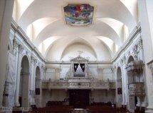 """8 -Pordenone-Duomo_di_San_MarcoL'interno presenta una unica navata; risale al XVI secolo la creazione delle cappelle laterali (tre per ogni lato. Contiene la pala d'altare denominata Madonna della Misericordia di Giovanni Antonio de' Sacchis detto """"il Pordenone"""". Dello stesso pittore sono da ammirare gli affreschi presenti sul pilastro ottagonale di destra (San Rocco e la Madonna con il Bambin Gesù). Numerose altre opere impreziosiscono l'interno dell'edificio sacro."""