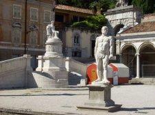 8 -Udine. Piazza della libertà, statua_di_ercole_e_monumento_della_pace.