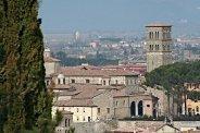 5 -Il complesso della Cattedrale di Santa Maria Assunta visto dal colle di Sant'Antonio al monte. Questa cattedrale venne costruita dal vescovo Benincasa, nel 1109, dove, un tempo, sorgeva la basilica di Santa Maria, e venne consacrata nel 1225.