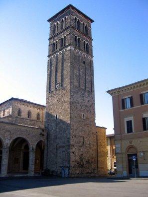 7 -La cattedrale di Santa Maria Assunta è situata nel centro storico della città di Rieti. La facciata principale dell'edificio si affaccia con il portico e il campanile su Piazza Cesare Battisti, sulla quale si affaccia anche il Palazzo Vincentini, sede della prefettura, caratterizzato da un giardino all'italiana.