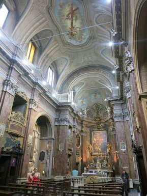 18 - Rieti. Chiesa di San Rufo. L'interno è in stile barocco e si compone di un'unica navata, decorata da stucchi e dettagli in legno.