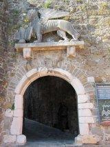 9 - Gorizia. Ingresso del castello.Sopra l'entrata c'è una statua raffigurante il leone di san Marco, simbolo della Serenissima, pur risalente al XVI secolo non è mai stato utilizzato, a causa della breve dominazione veneziana, fino al 1919, anno in cui è stato collocato nella sua sede attuale.