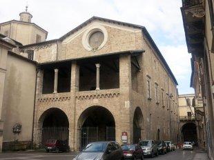 12 - Rieti. Il Palazzo Vescovile, o Palazzo Papale, è un edificio storico della città. Questo palazzo è la sede della Pinacoteca Diocesana, anch'esso risale al XIII secolo, molto particolare la loggia della sua facciata e i grandissimi portici. L'edificio è affiancato alla Cattedrale, con il fronte che si affaccia su piazza Mariano Vittori e la fiancata lungo via Cintia. Lungo quest'ultima, arretrato di pochi metri si trova l'arco di Bonifacio VIII.