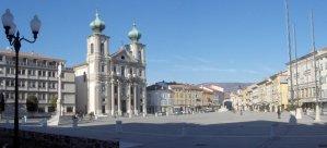 42 - Gorizia. Piazza della Vittoria su cui si affacciano la chiesa di S. Ignazio e la Fontana del Nettuno .