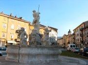 47-Gorizia. dettaglio della Fontana del Nettuno in Piazza Vittoria. La fontana del Nettuno collocata in Piazza Vittoria è stata progettata da Nicolò Pacassi e realizzata dallo scultore padovano Chiereghin nel 1756.