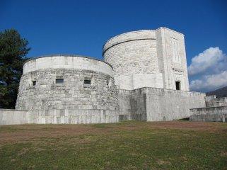 52 -Gorizia. Costruito nel 1938 su progetto di Ghino Venturi, il Sacrario militare di Oslavia custodisce le spoglie di 57.740 soldati, morti nelle battaglie di Gorizia.