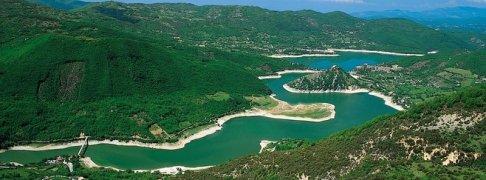 1 -Rieti- Lago-del-Turano-Veduta-panoramica. Lungo una decina di chilometri e con un perimetro di circa 36 km, è collegato al Lago del Salto da una galleria lunga 9 km e insieme a questo alimenta la centrale idroelettrica di Cotilia.