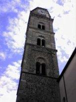 10 -Frosinone. Lungo il lato destro della chiesa, si eleva il campanile( del 1500) romanico, sormontato da un cupolino a pianta ottagonale. Nel campanile si aprono tre ordini sovrapposti di bifore con arco a tutto sesto, sorrette da colonnine in marmo bianco