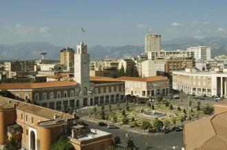 5 -Latina.Veduta ravvicinata di Piazza del popolo e il palazzo comunale.