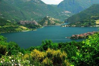 2 -Rieti. A 536 m sul livello del mare, il Lago del Turano è un grande bacino idroelettrico realizzato sul fiume omonimo con la costruzione della Diga del Turano, nel 1939, nei pressi dell'abitato di Posticciola e di Stipes. Si distende al piedi del Monte Navegna (1506 m),
