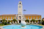 7 -Latina. Fontana della palla.I giardini di Piazza del Popolo. con sullo sfondo la sede del comune e la torre civica.