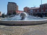 8 -Latina. Dettaglio della fontana della palla in piazza del Popolo