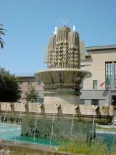 10 -Latina. Piazza della Libertà o della Prefettur, particolare della fontana