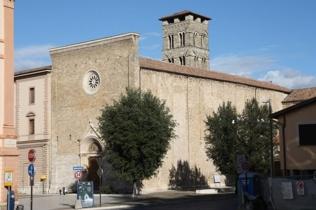45 -Rieti. Chiesa di Sant'Agostino Questa chiesa è stata realizzata dagli Agostiniani, durante il XIII secolo, ed essa ha un architettura gotico-romanica, la facciata è interamente ricoperta di pietre, sovrastata da un rosone.