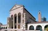 12 -Cattedrale di San Marco a Latina dettaglio. ulla destra della chiesa, in posizione isolata, si trova l'alta torre campanaria, anch'essa caratterizzata dall'alternanza di tufo e travertino. Il campanile è a pianta quadrata ed è sormontato dalla cella campanaria, all'interno della quale si trovano tre campane