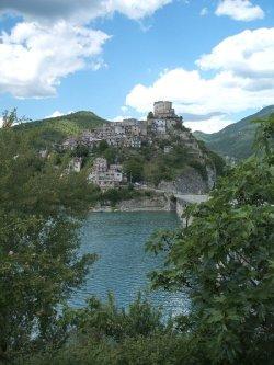 7 -Rieti. Castel di Tora incluso nel circuito dei borghi più belli d'Italia, è un comune italiano di 296 abitanti della provincia di Rieti, in Lazio, posto nella valle del Turano. Si specchia dalla sponda nord-orientale nel Lago del Turano