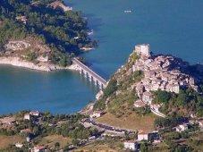 8 - Castel di Tora, situato tra Carsoli e Rieti, è un paesino di circa 300 abitanti che si affaccia sul Lago del Turano, offrendo agli spettatori un panorama fantastico.