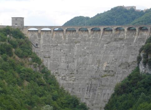17 -Rieti. La diga del Salto. e sullo sfondo Poggio Vittiano frazione di Varco Sabino.